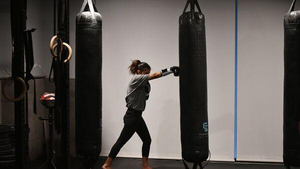 Девушка во время тренировки по боксу - Sputnik Таджикистан