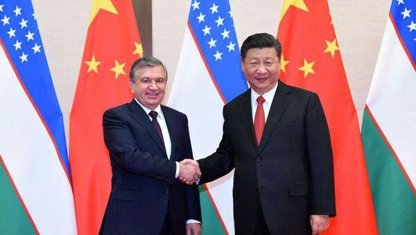 Президенты Узбекистана и Китая Шавкат Мирзиёев и Си Цзиньпин на саммите ШОС в Китае - Sputnik Таджикистан