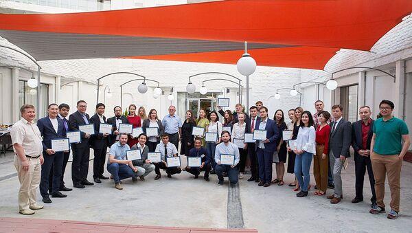 Участники школы с дипломами - Sputnik Таджикистан
