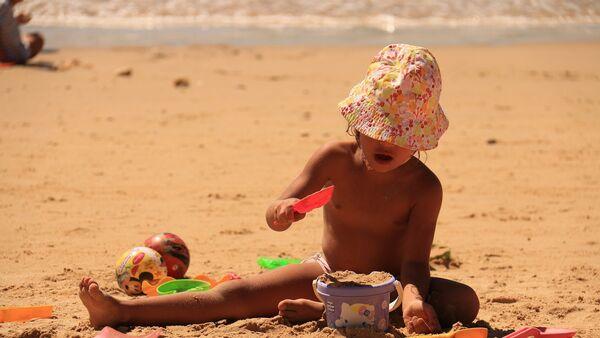 Девочка на пляже, архивное фото - Sputnik Таджикистан