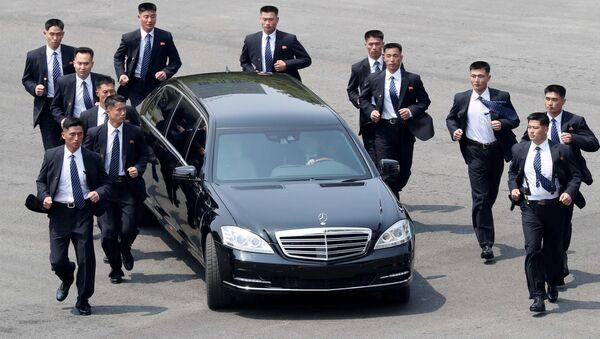Бегущая охрана главы Северной Кореи Ким Чен Ына - Sputnik Таджикистан