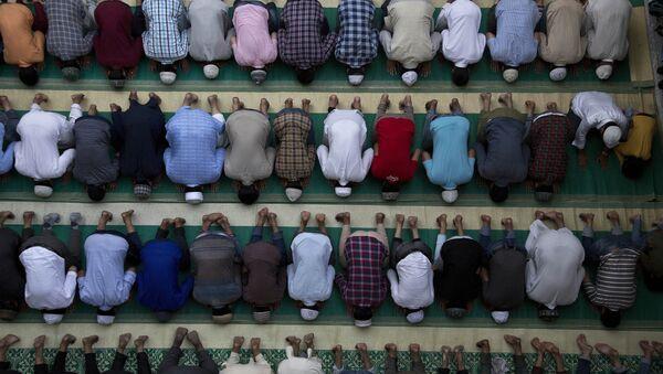 СПУТНИК_LIVE: Массовая молитва по случаю мусульманского праздника Ураза-Байрам в Москве - Sputnik Тоҷикистон