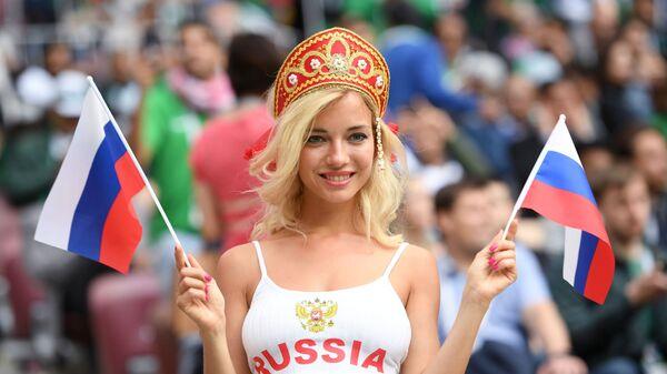 Болельщица сборной России перед матчем группового этапа чемпионата мира по футболу между сборными России и Саудовской Аравии - Sputnik Таджикистан