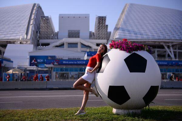 Болельщица у стадиона Фишт в Олимпийском парке перед матчем группового этапа чемпионата мира по футболу между сборными Португалии и Испании - Sputnik Таджикистан