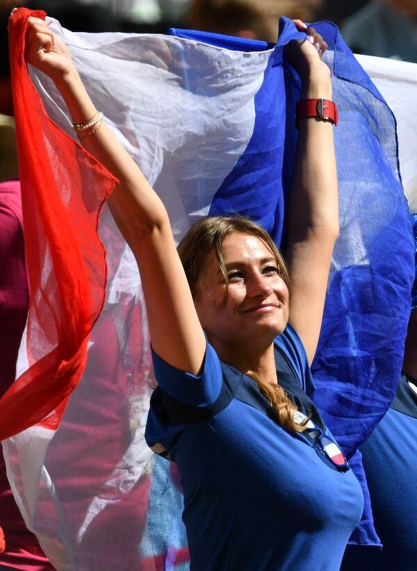 Болельщица сборной Франции во время матча группового этапа чемпионата мира по футболу между сборными Франции и Австралии - Sputnik Таджикистан