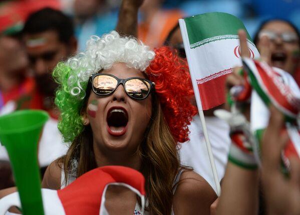 Болельщица сборной Ирана перед началом матча группового этапа чемпионата мира по футболу между сборными Марокко и Ирана - Sputnik Таджикистан