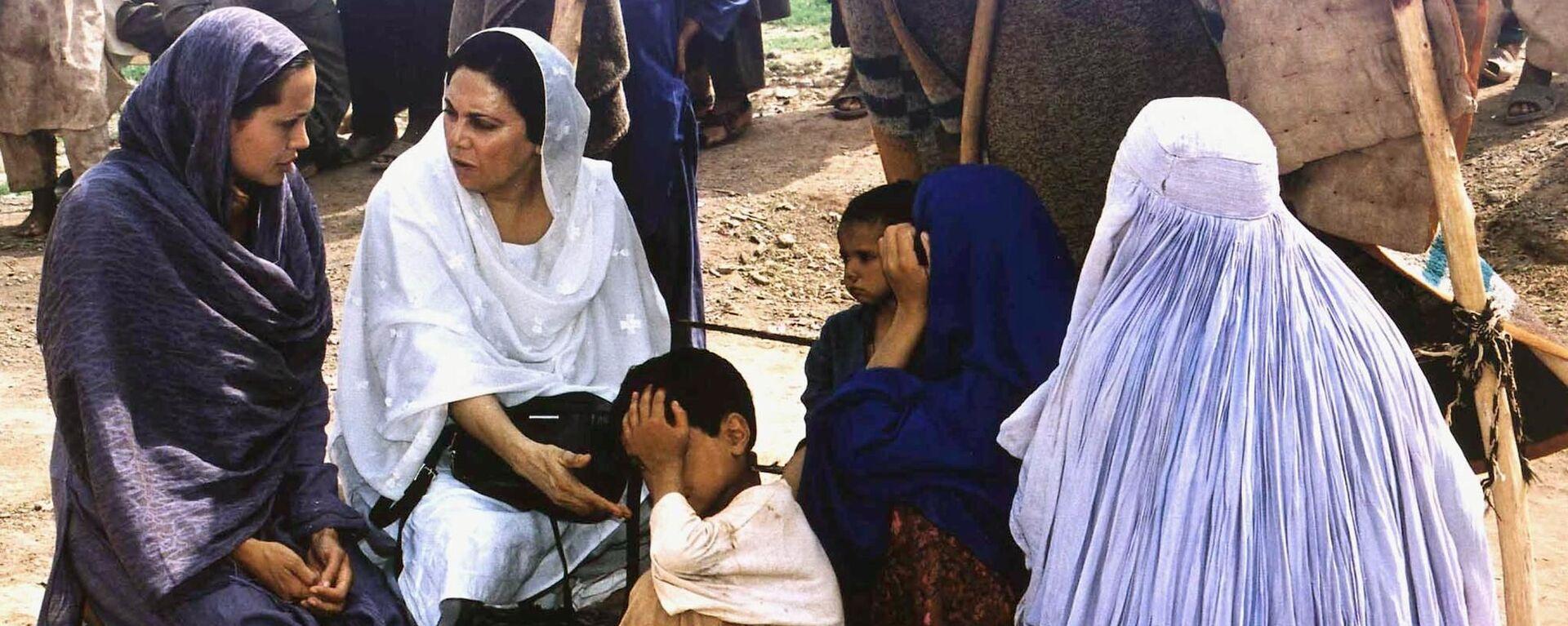 Актриса Анджелина Джоли во время визита в лагерь афганских беженцев в Пакистане в качестве посла доброй воли ООН - Sputnik Таджикистан, 1920, 06.07.2021