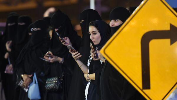 Саудовские женщины на тест-драйве картинга в Эр-Рияде - Sputnik Тоҷикистон