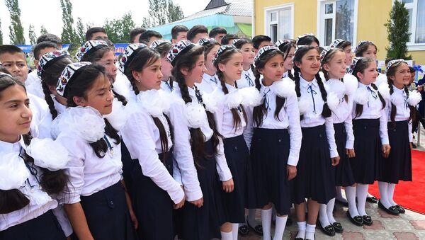 Школьницы в городе Шахристан, архивное фото - Sputnik Таджикистан