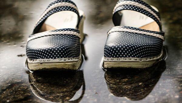 Детские туфли в воде, архивное фото - Sputnik Тоҷикистон