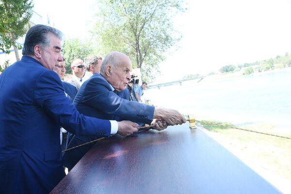 Глава Таджикистана Эмомали Рахмон выпустил в воды Сырдарьи 20 тысяч рыб   - Sputnik Таджикистан