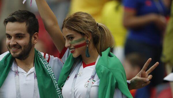 Иранская болельщица на мачте Иран - Испания - Sputnik Таджикистан