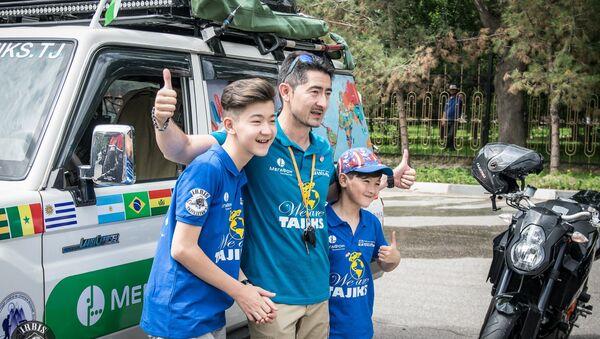 Фарход Калонов с детьми во время кругосветного путешествия - Sputnik Таджикистан