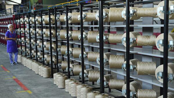Нити на фабрике в Канибадаме для производства ковров, архивное фото  - Sputnik Тоҷикистон
