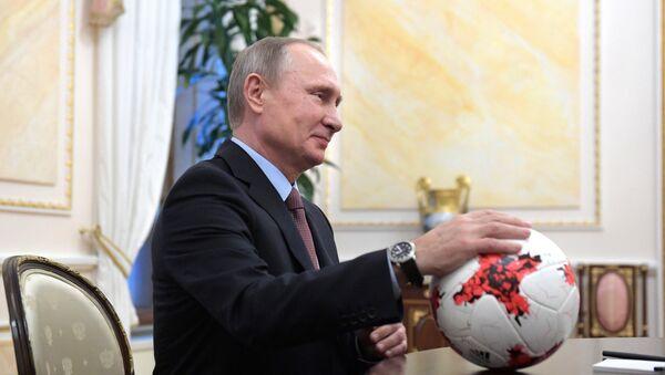 Президент РФ В. Путин с мячом в руках, архивное фото - Sputnik Таджикистан
