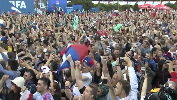 Победа над Испанией: радость российских болельщиков - Sputnik Таджикистан