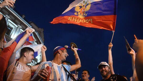 Болельщики празднуют победу сборной России, архивное фото - Sputnik Таджикистан