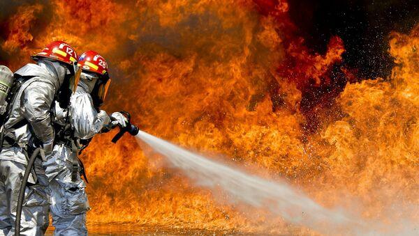 Пожарные тушат огонь, архивное фото - Sputnik Таджикистан