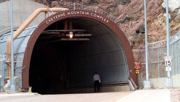 Вход в подземный комплекс NORAD (Центр объединенного командования воздушно-космической обороны Северной Америки, Cheyenne Mountain Operations Center - Sputnik Таджикистан