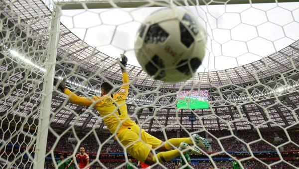 Вратарь Абдаллах Аль-Муаиуф (Саудовская Аравия) пропускает мяч в матче группового этапа чемпионата мира по футболу между сборными России и Саудовской Аравии. - Sputnik Таджикистан