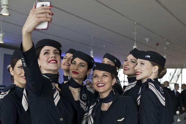 Стюардессы греческой авиакомпании Aegean Airlines - Sputnik Таджикистан