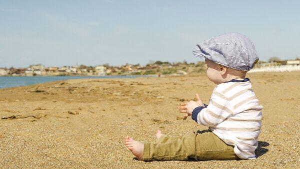 Маленький мальчик на берегу, архивное фото - Sputnik Тоҷикистон