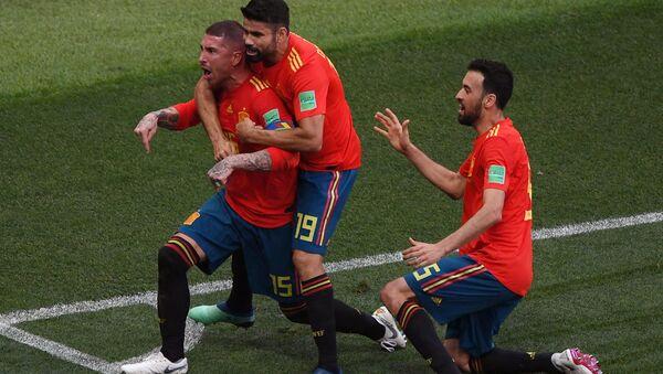 Слева направо: Серхио Рамос (Испания), Диего Коста (Испания), Серхио Бускетс (Испания) радуются забитому голу в матче 1/8 финала чемпионата мира по футболу между сборными Испании и России - Sputnik Таджикистан