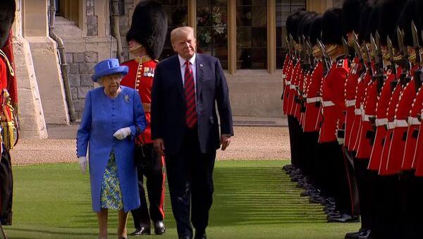 Президент США Дональд Трамп и королева Великобритании Елизавета II - Sputnik Таджикистан
