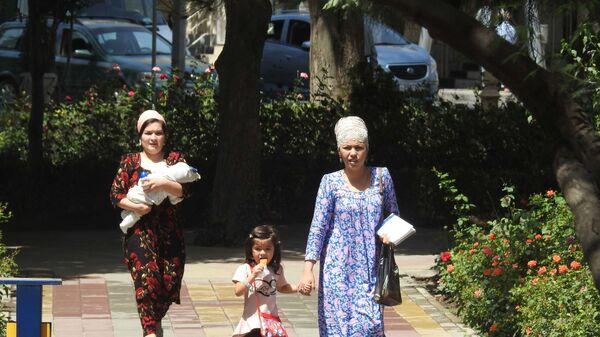 Жители города Душанбе, архивное фото - Sputnik Таджикистан