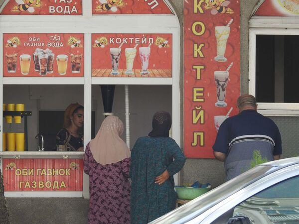 Люди покупают прохладительные напитки, архивное фото - Sputnik Таджикистан