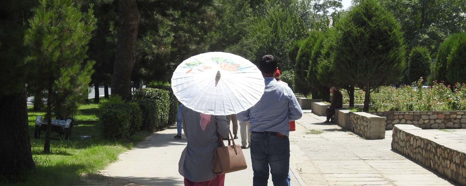На улице в городе Душанбе, архивное фото - Sputnik Тоҷикистон, 1920, 03.08.2021
