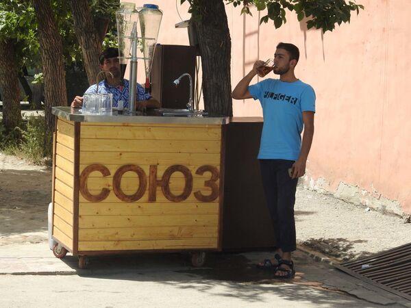 Мужчина пьет холодный напиток в жару, архивное фото - Sputnik Таджикистан