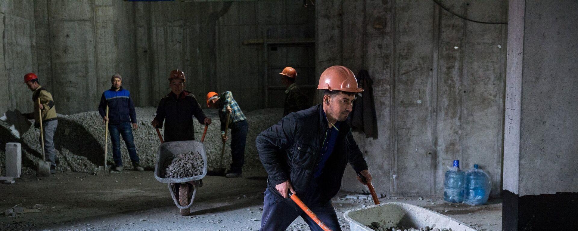 Рабочие во время строительства, архивное фото - Sputnik Тоҷикистон, 1920, 16.06.2021