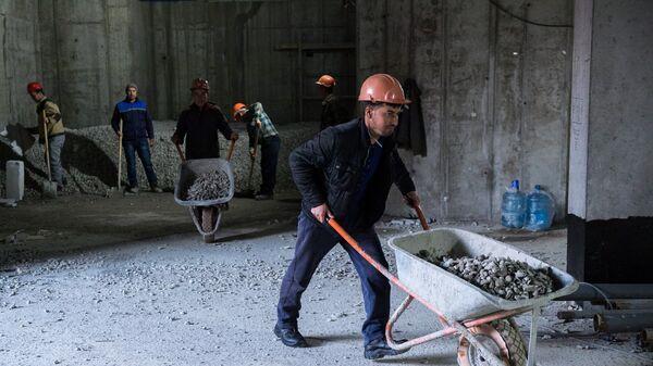 Рабочие во время строительства, архивное фото - Sputnik Таджикистан