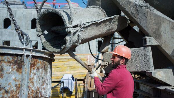 Рабочий во время строительства, архивное фото - Sputnik Тоҷикистон