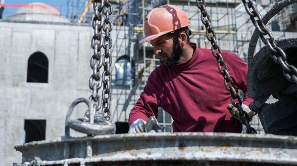 Рабочий во время строительства, архивное фото - Sputnik Таджикистан