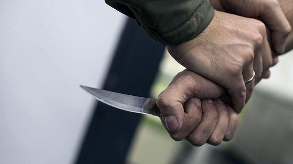 Мужчина с ножом в руках, архивное фото - Sputnik Тоҷикистон