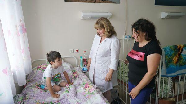Главный педиатр Министерства здравоохранения Московской области Нисо Одинаева в детской палате - Sputnik Таджикистан