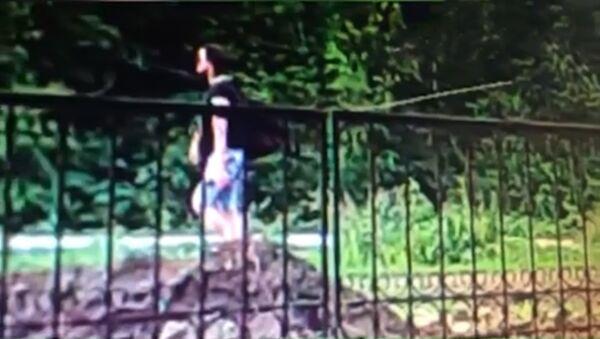 Опубликовано видео, на котором предполагаемый убийца пятилетней девочки идет с сумкой к оврагу - Sputnik Тоҷикистон