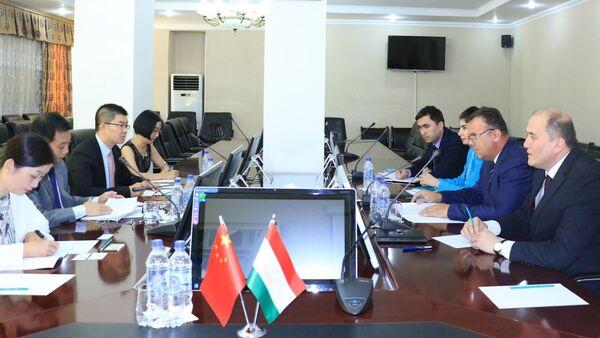 Встреча Давлатзода Сайфиддин, заместителя министра образования Таджикистана с Петер Ванг Шенганг, представителем Китая - Sputnik Тоҷикистон