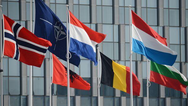 Флаги стран участниц у штаб-квартиры НАТО в Брюсселе, архивное фото - Sputnik Тоҷикистон