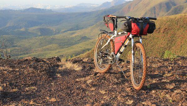 Туристический велосипед в горах, архивное фото - Sputnik Таджикистан