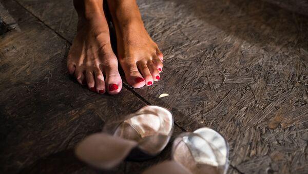 Женские ноги на полу, архивное фото - Sputnik Таджикистан