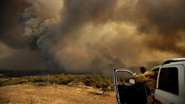 Начальник калифорнийской пожарной части координирует тушение лесных пожаров с вертолетов в районе Лейкпорта, США - Sputnik Таджикистан