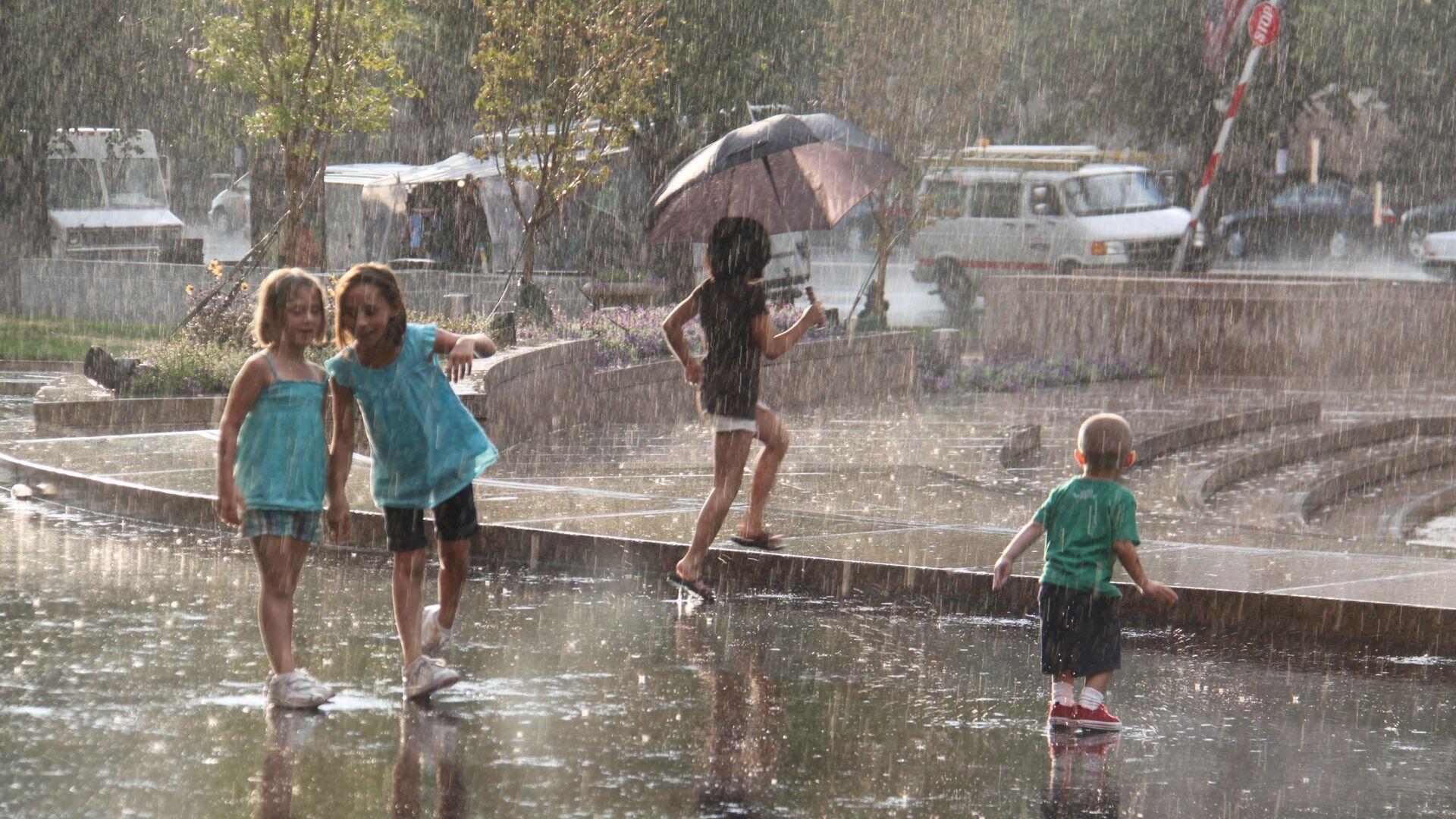 Дети играют под дождем, архивное фото - Sputnik Тоҷикистон, 1920, 06.07.2021