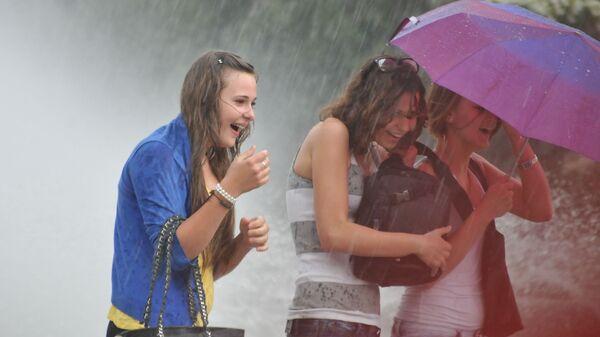 Девушки во время дождя, архивное фото - Sputnik Тоҷикистон