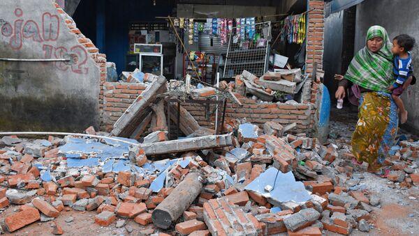 Разрушения в результате землетрясения на острове Ломбок в Индонезии  - Sputnik Тоҷикистон