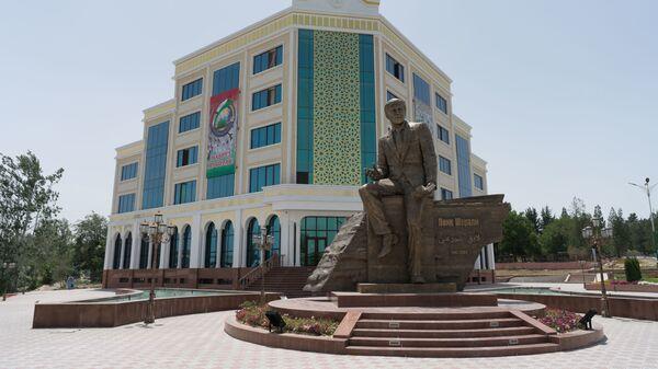 Памятник Лоику Шерали в городе Пенджикент, архивное фото - Sputnik Тоҷикистон