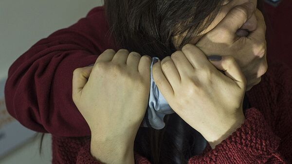 Мужчина применяет насилие в отношении женщины. Архивное фото - Sputnik Тоҷикистон