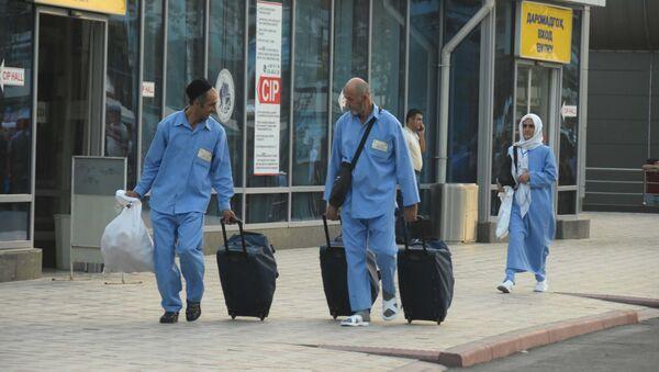 Таджикские мусульмане отправляются в хадж из аэропорта в Душанбе, архивное фото - Sputnik Таджикистан